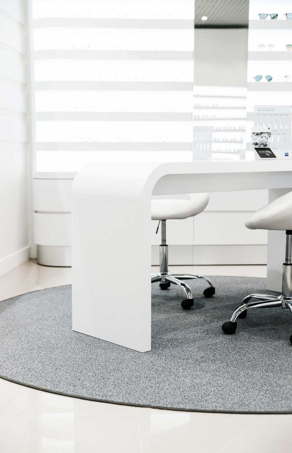 Komerčný interiér optiky a predajne ZEISS v Bratislave od design-factory